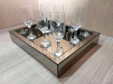 43. Bandeja espelhada para sala de estar com taças de cristal