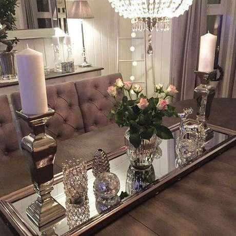 44. Use a bandeja espelha para decorar a mesa de jantar