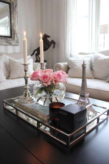 45. A bandeja de espelho é uma ótima opção para sua sala de estar