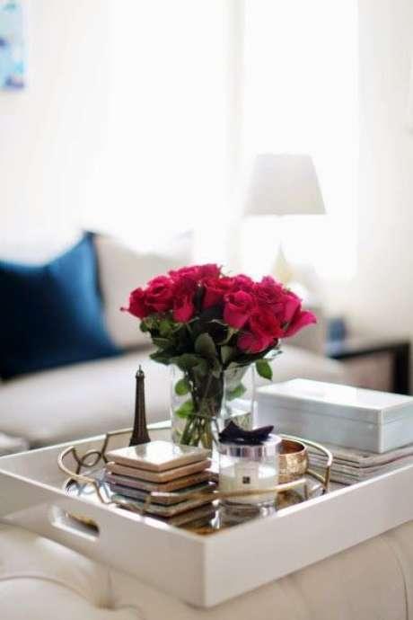60. Bandeja espelhada com decoração de flores