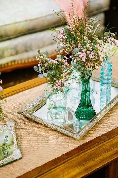48. Use a bandeja espelhada para aparador na sua sala de estar