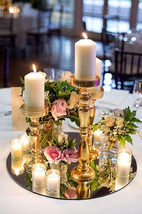 59. Bandeja espelhada para decorar a mesa de jantar