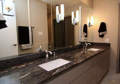 17. Bancada de banheiro com granito Via Láctea preto