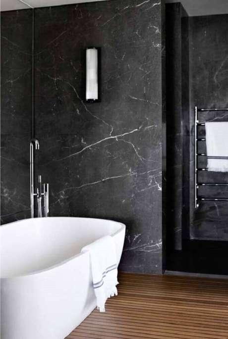 18. O granito preto também pode ser usado nas paredes do banheiro deixando-o mais sofisticado