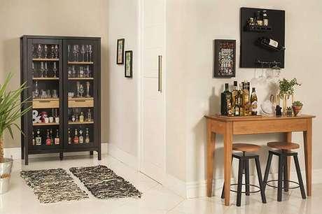 9. Armário e mesa de canto funcionam com um barzinho para sala.