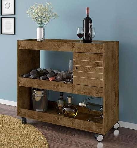 17. Aparador de madeira com rodinhas para sala.