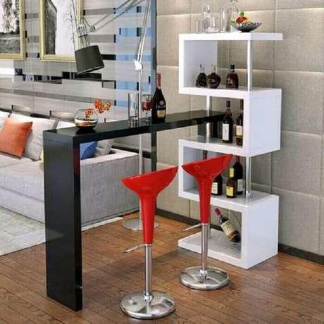 43. Barzinho para sala de canto com nichos em branco e mesa em preto