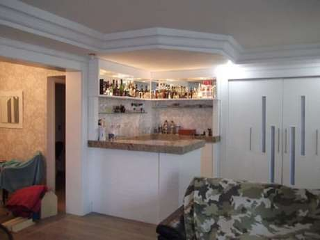 44. Barzinho para sala de canto maximiza o espaço do cômodo