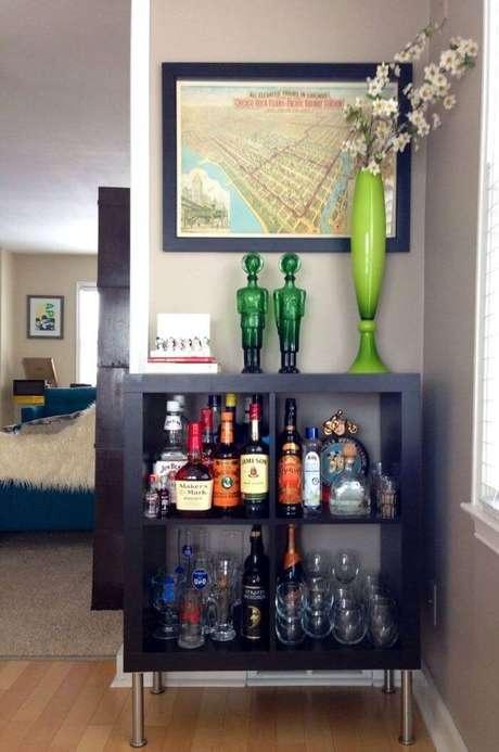 45. Barzinho para sala de canto serve de suporte para garrafas, taças e itens decorativos.