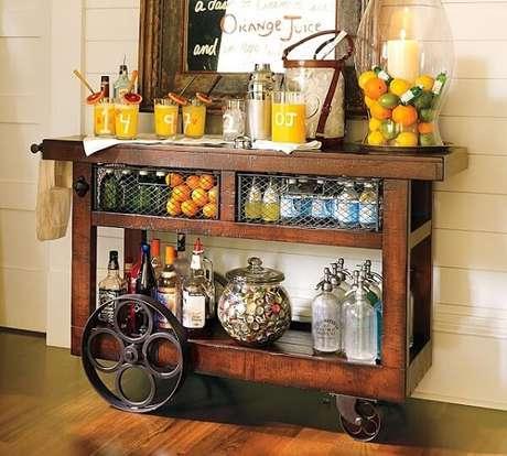 12. Carrinho decorativo para guardar bebidas na sala.