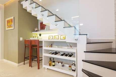 3. Barzinho para sala estruturado embaixo da escada. Fonte: Studio 1202