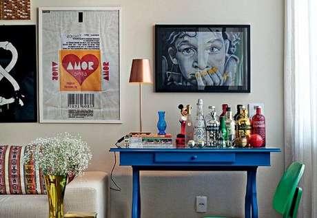 2. Bancada azul para colocar bebidas, copos, livros e objetos decorativos.
