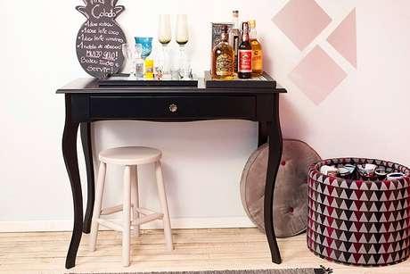 14. Aparador para colocar bebidas em sala com espaço pequeno.