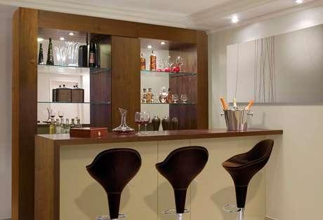 32. Barzinho para sala com espelho e prateleiras de vidro.