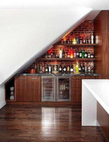 28. Barzinho para sala pequena de canto com prateleiras.