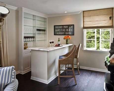 35. Barzinho para sala pequena de canto leva beleza e elegância ao ambiente.