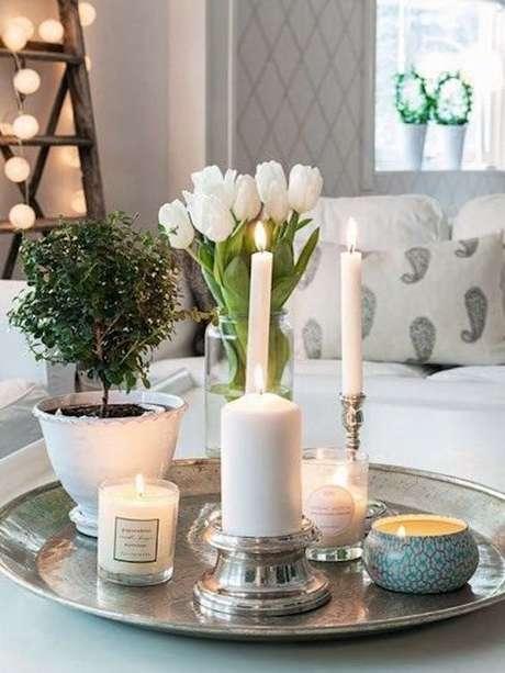 49. Use velas para decorar sua bandeja espelhada e garantir uma decoração linda