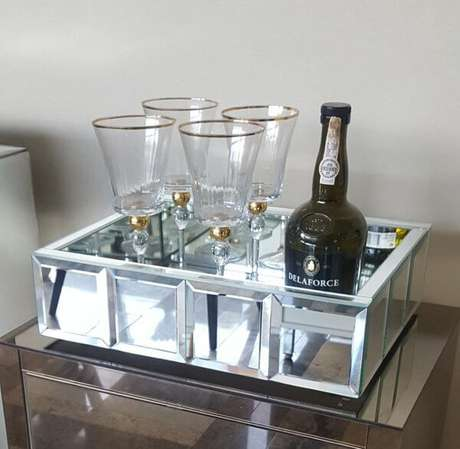 50. Bandeja espelhada para colocar taças e drinks na decoração