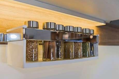 Saiba como organizar temperos na cozinha com ideias criativas que vão facilitar sua vida