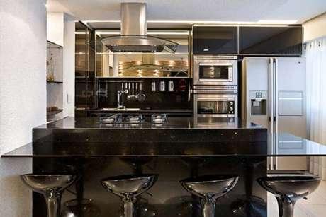 19. Cozinha americana com bancada de granito São Gabriel preto