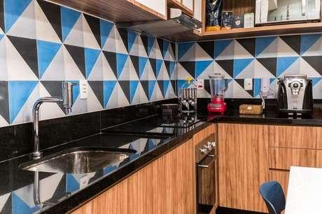 10. Cozinha com granito preto aracruz e azulejo colorido.