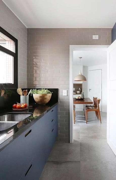 22. Cozinha compacta com armários planejados e bancada feita de granito preto