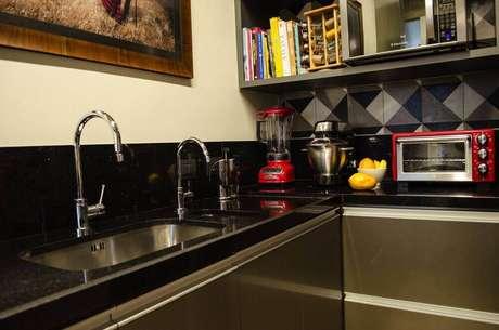 24. Cozinha planejada com granito preto para bancada