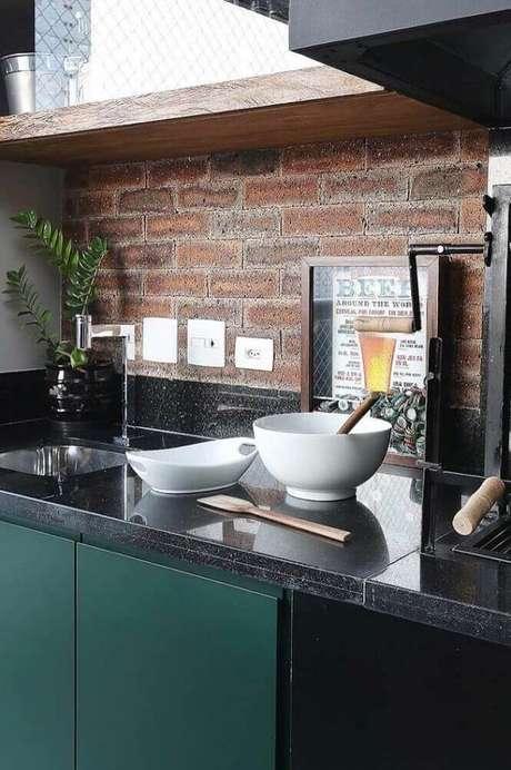 4. Granito preto São Gabriel para cozinha com papel de parede de tijolinho