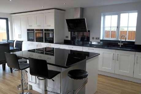 3. Cozinha com granito preto absoluto