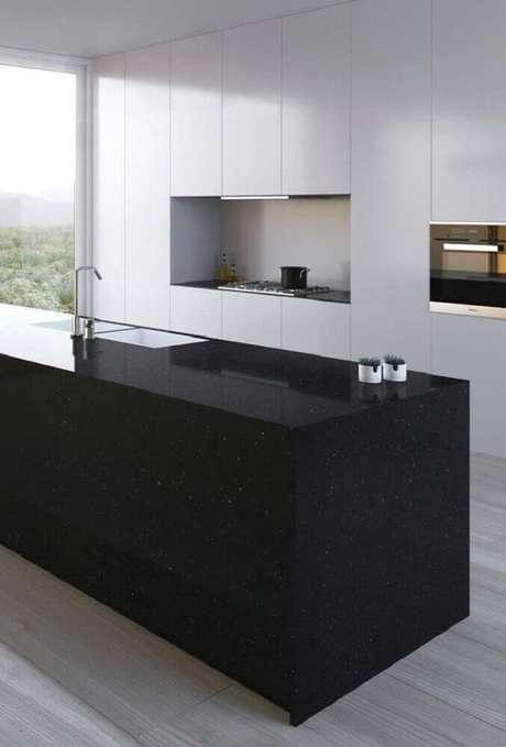 27. Sofisticada e moderna cozinha com armários brancos e ilha feita de granito preto São Gabriel