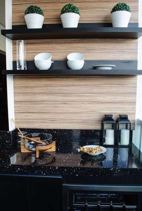 28. Decoração com granito preto e parede revestida de madeira para cozinha gourmet