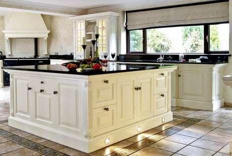 34. Decoração sofisticada para cozinha com granito preto absoluto e armários brancos