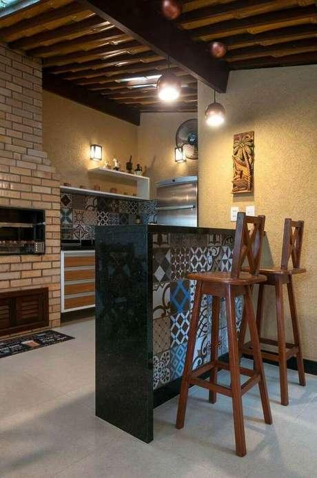 63. A bancada de granito preto permite que azulejos decorativos sejam colocados sem pesar o ambiente.