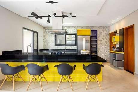 64.O granito preto contrasta de uma forma linda com a cor amarela.