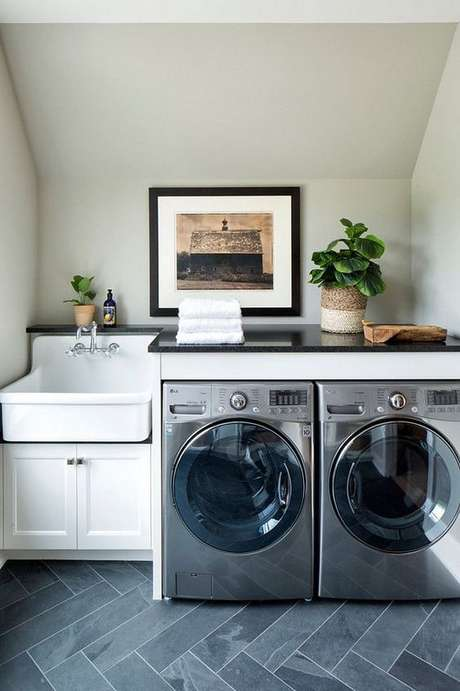 48. O granito preto na lavanderia dá ao cômodo um toque de sofisticação.