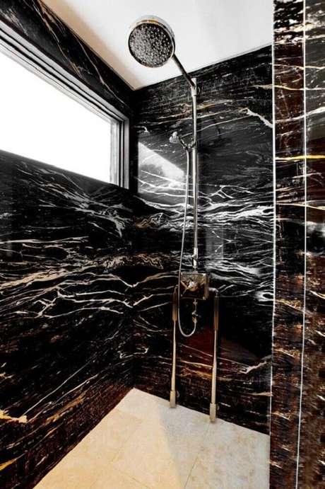 8. Banheiro sofisticado com granito preto indiano