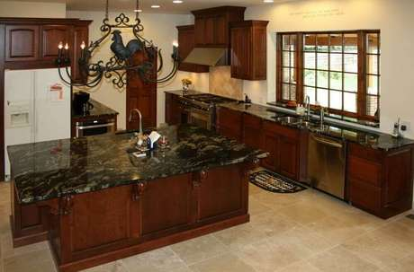 36. Decoração de cozinha com ilha, com armários de madeira e granito preto para bancada e ilha