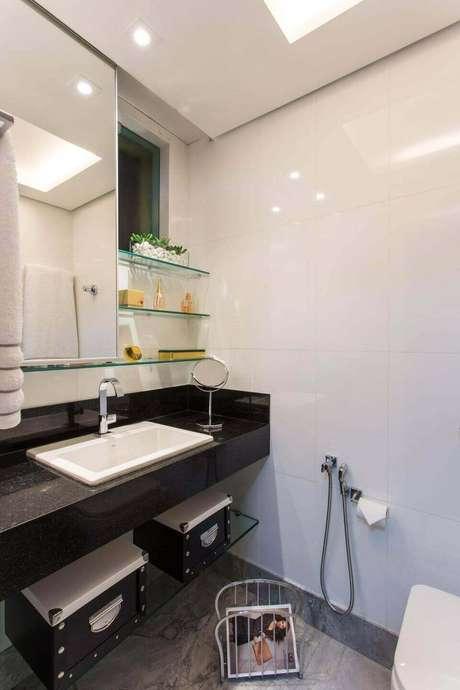 57. Banheiros costumam trabalhar com o granito preto.