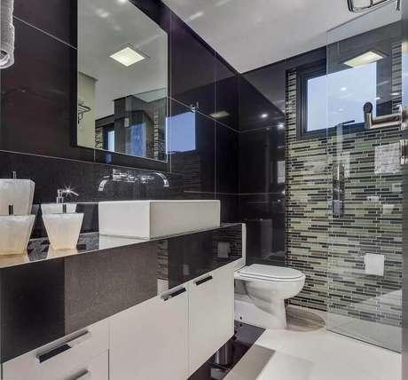 58. O granito preto do banheiro pode combinar com o vidro do box.