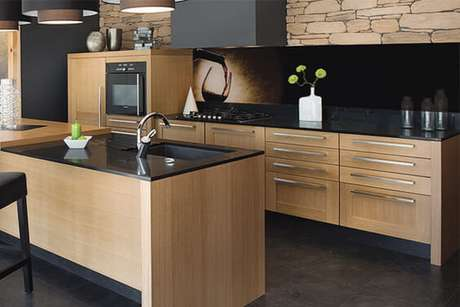 59. Se tratando de bancada de cozinha, a feita com granito preto é o que há de mais moderno.