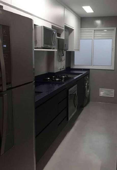38. Para deixar a cozinha com lavanderia mais sofisticada utilize o granito preto