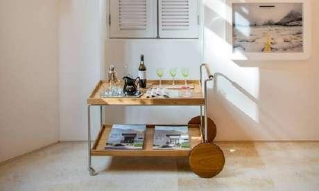 4. Inclua na decoração um carrinho para bar de madeira. Fonte: Globo