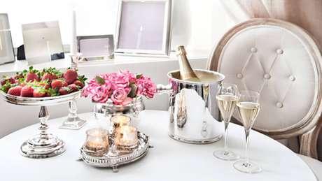55. Que tal usar a bandeja espelhada para decorar a mesa de café da manhã?