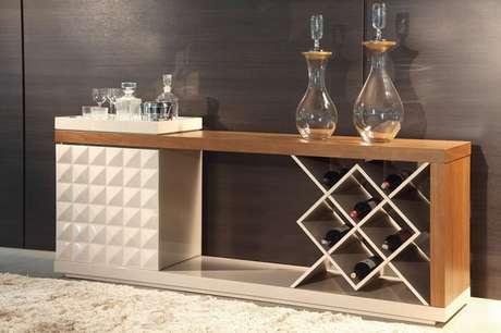 61. Móvel funcional com suporte de garrafas utilizado como barzinho para sala