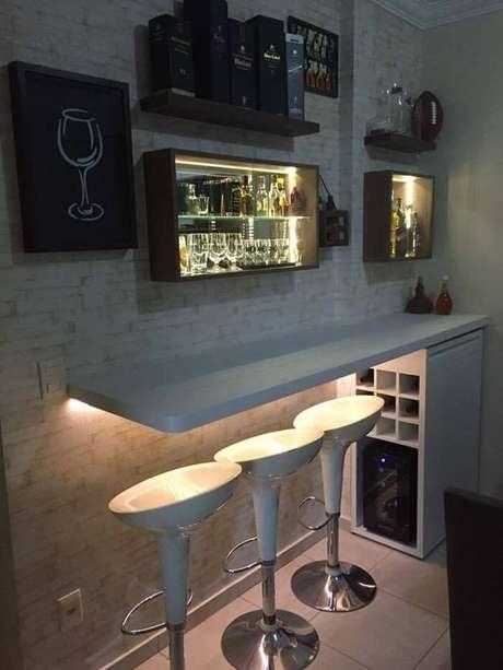 62. Nichos de parede e iluminação especial na área do barzinho para sala