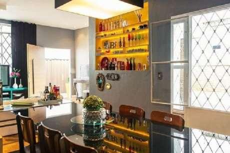63. Nichos embutidos na parede servem como barzinho para sala. Fonte: Pinterest