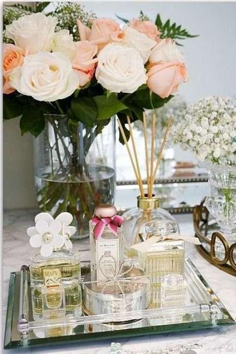 3. Use a bandeja espelhada para banheiro e tenha uma linda decoração
