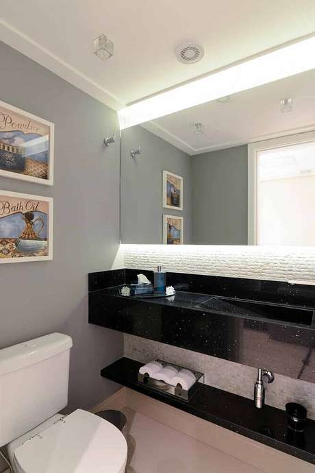 41. Decoração de banheiro todo branco com granito preto para bancada