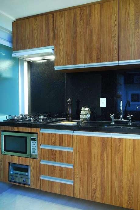 43. Tipos de granito preto para cozinha simples com armário de madeira