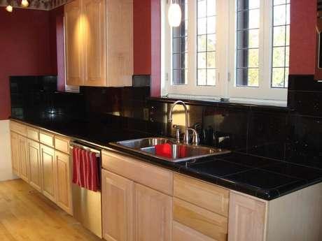 44. Cozinha decorada com granito preto para bancada
